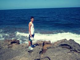 Parado frente al mar, mientras el mundo gira.