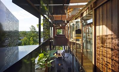 Rumah Teduh Dengan Material Kayu Dan Tanaman Hijau