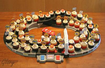 Original stand para cupcakes para fiesta de Cars o coches de carreras.