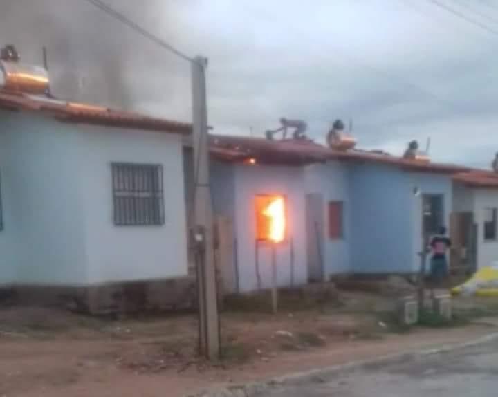Homem ateia fogo em residência por não aceitar fim de relacionamento