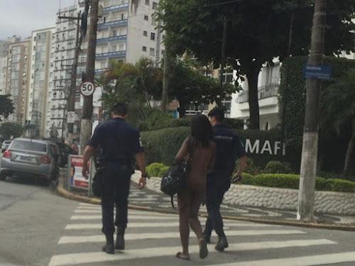 Mulher é flagrada andando nua em via de Santos e atrai olhares de curiosos.