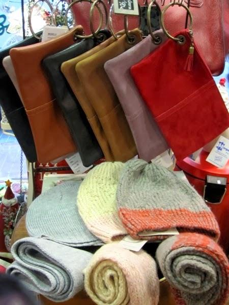 Carteras de mano y conjuntos de gorros y bufandas