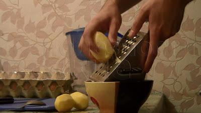 шинкуем на терке картошку