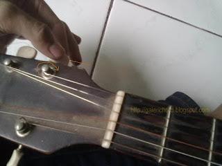 cara pasang senar gitar akustik klasik elektrik listrik