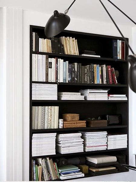 Białe książki na czarnym regale