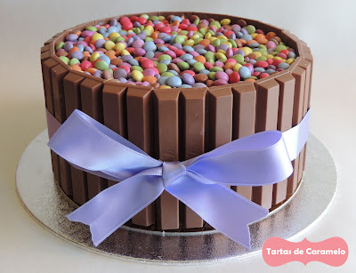 tarta de smarties y kitkat: vista de frente