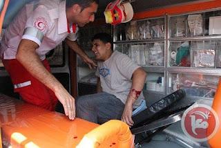 Palestino ferido por exercito israelense é atendido por médico