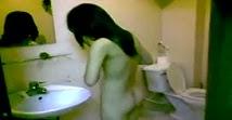 Clip quay lén bạn gái tắm trong nhà nghỉ bím múp