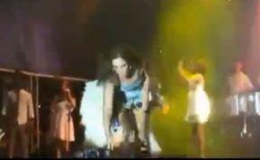 Ivete Sangalo toma celular de rapaz que filmou sua calcinha