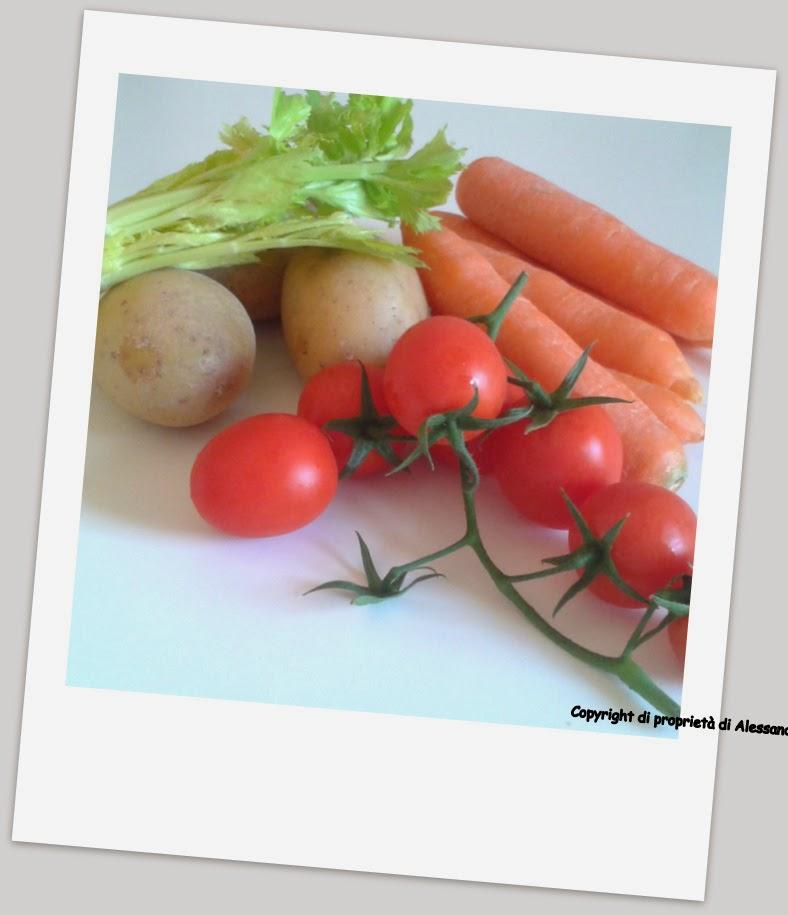 ingredienti carore, patate, sedano e pomodori