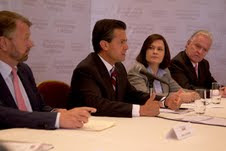 Enrique Peña Nieto se compromete ante personajes a ejercer una presidencia democrática.