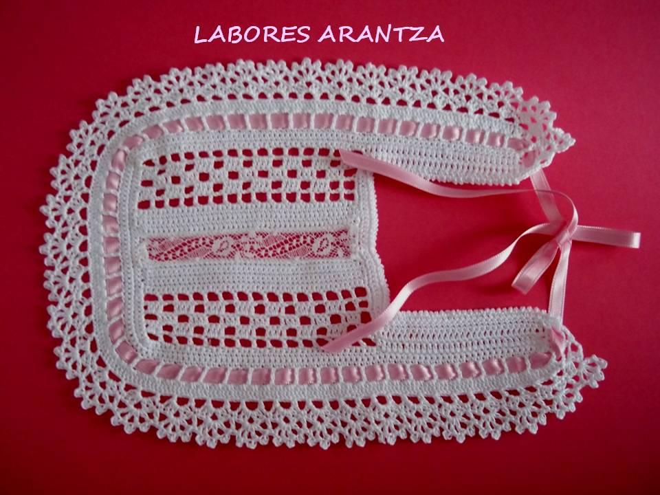 Modelo realizado a crochet en hilo color blanco con lazo en raso de