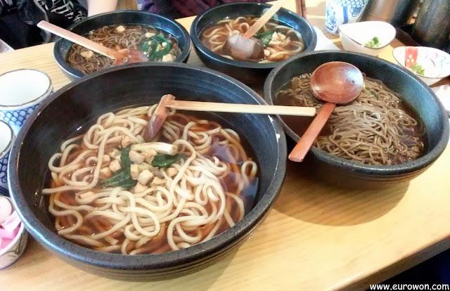 Grandes platos de udon japonés