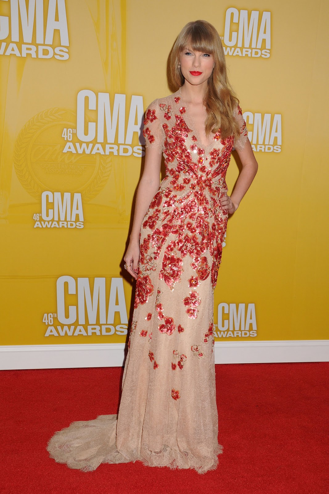 http://1.bp.blogspot.com/-8nkhWo_w-ns/UJQtbLi72-I/AAAAAAAAX5M/Ze1PTwiAKsg/s1600/Taylor+Swift+attends+the+46th+Annual+CMA+Awards+in+Nashville+on+November+1,+2012+-05.jpg