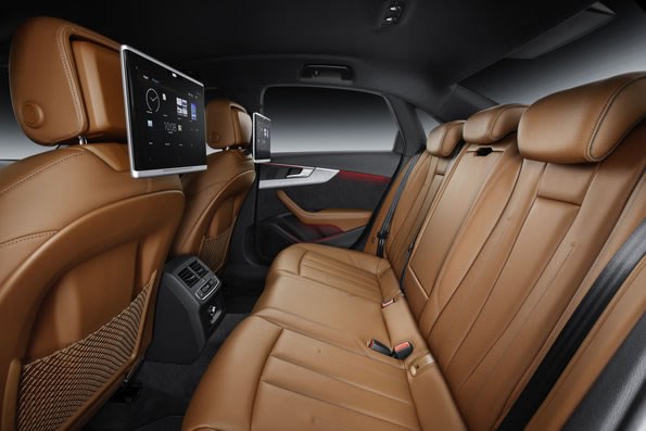アウディ新型A4のリアシート画像