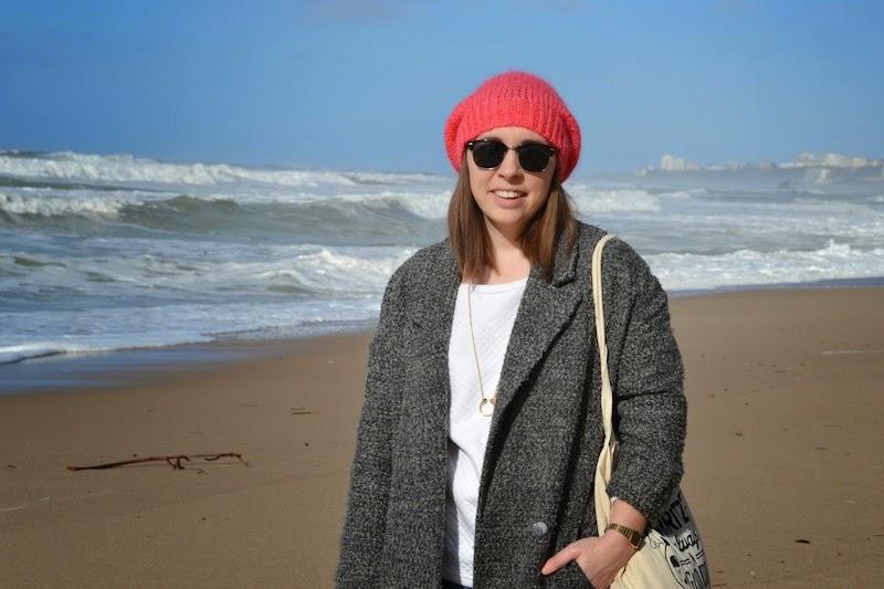 Look à la plage, manteau oversize et pull blanc H&M, bonnet rose American vintage, tote bag bonjour Darling et new balance
