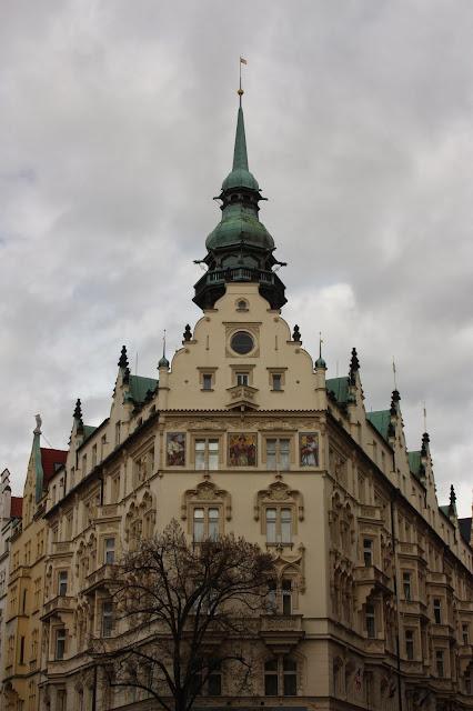 """Просто красивое здание, """"на розі двох вулиць"""")"""