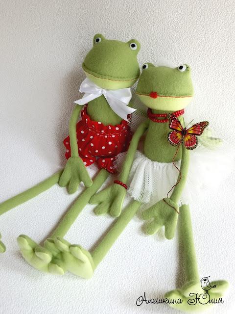Лягушки влюбленные вместе сидя