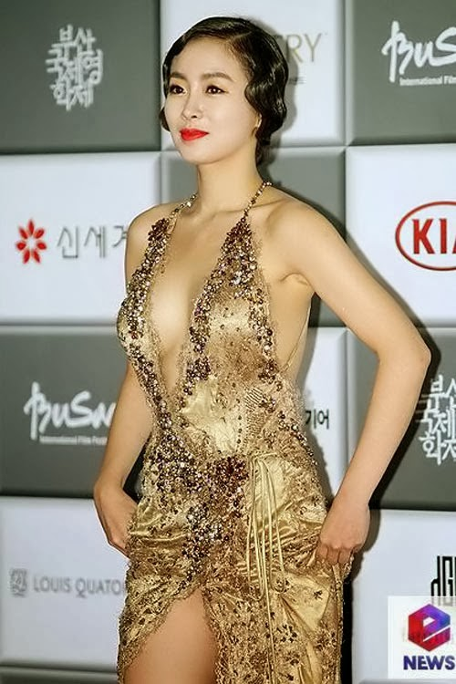 8th Annual Busan International Film Festival (BIFF 2013) eye-popping distraction, Han Soo-ah (한수아) in a gold tone dress (most talked about dresses of the event).