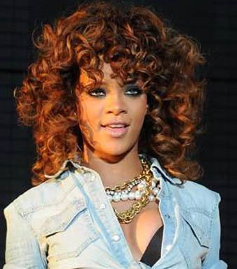Rihanna karamel kıvırcık saç modeli