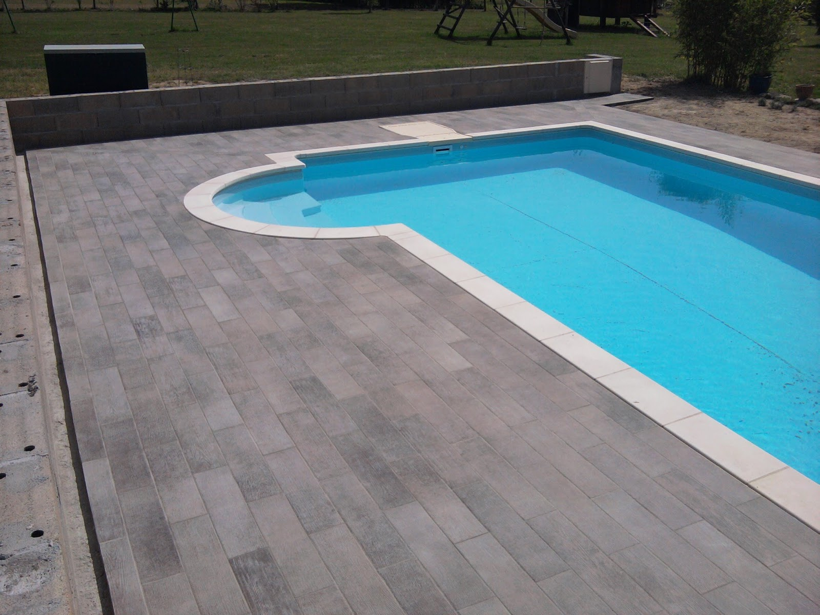 Carrelage autour de la piscine 28 images pose de for Carrelage piscine blanc