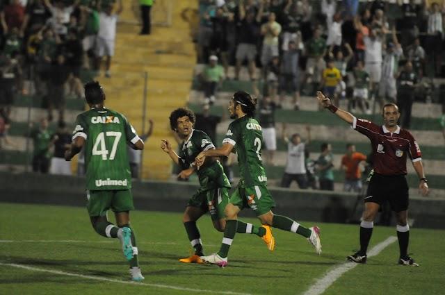 Com muito sofrimento, Chapecoense vence o Atlético-MG.