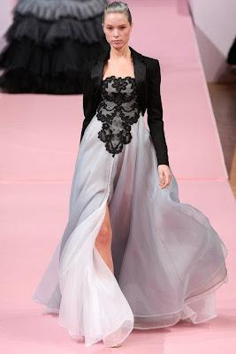 robe de soirée d'alexis mabille, longue mousseline de soie blanche et dégradée de gris et noir. Bustier en dentelle noire brodé à la main de perles et de paillettes. Créations unique de haute coutre.