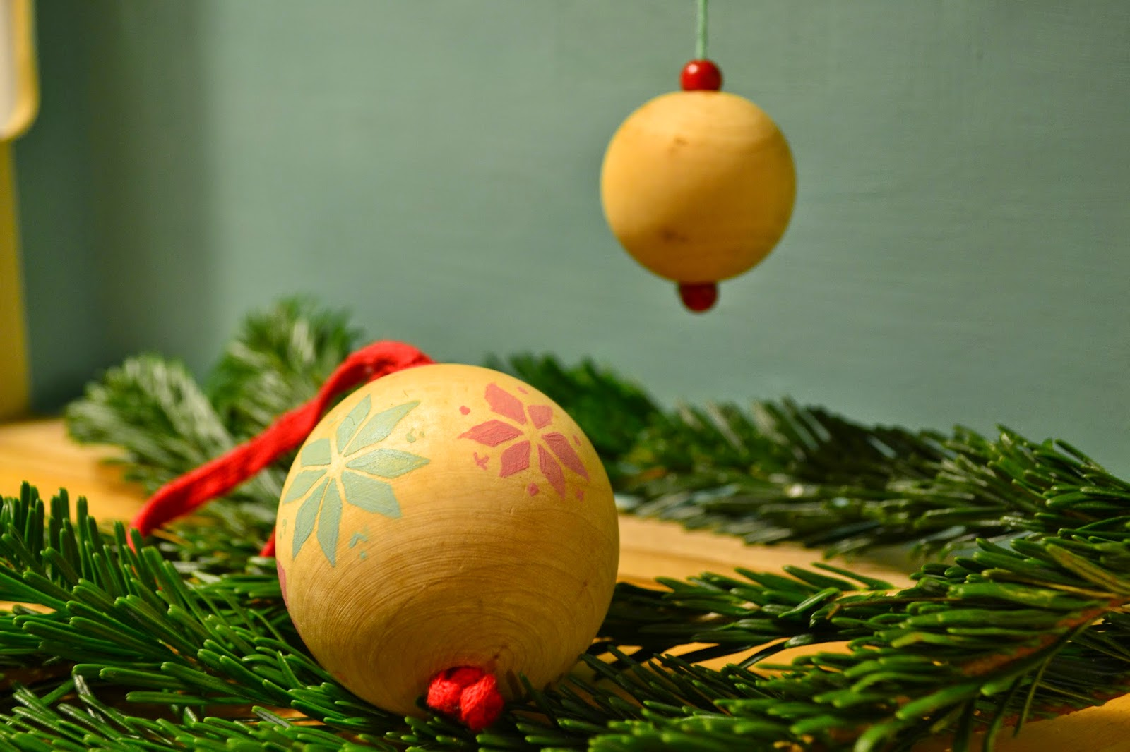 jurinde macht was anleitung weihnachtskugeln selbst bemalen. Black Bedroom Furniture Sets. Home Design Ideas
