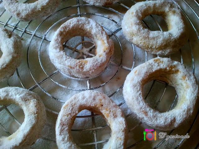 Bañamos los roscos con azúcar glas