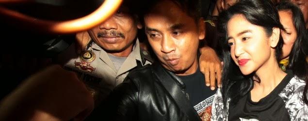 Dewi Perssik bugil di penjara