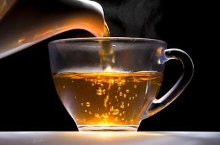 Seduh secangkir teh hitam