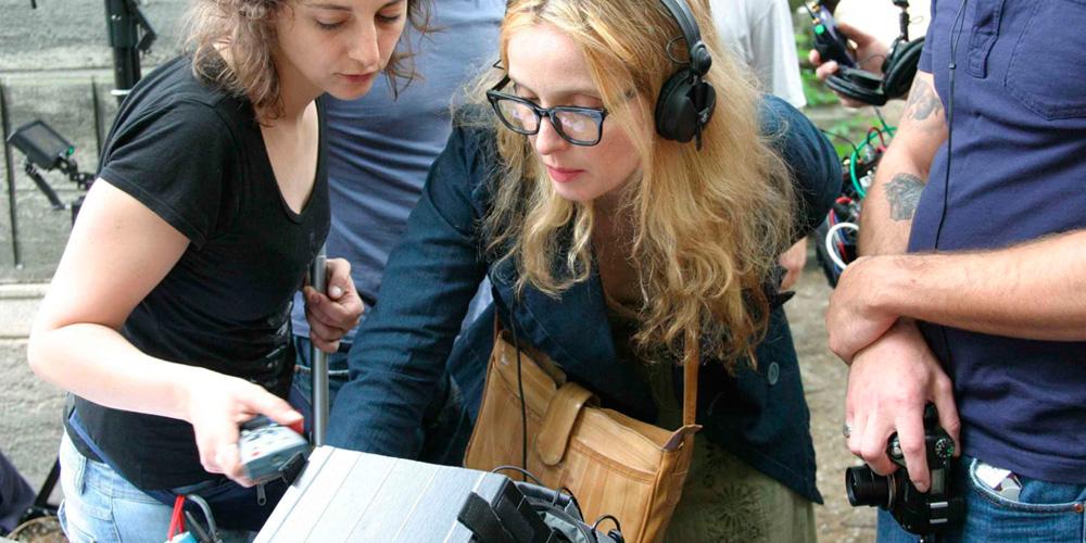julie delpy como diretoar de cinema no set do filme dois dias em paris