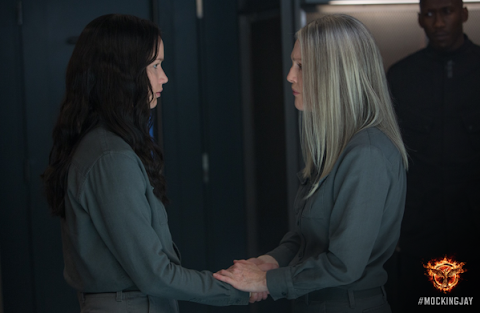 """Sinsajo Parte 1"" Se revela nuevo Still con Katniss y la Presidenta Coin..."