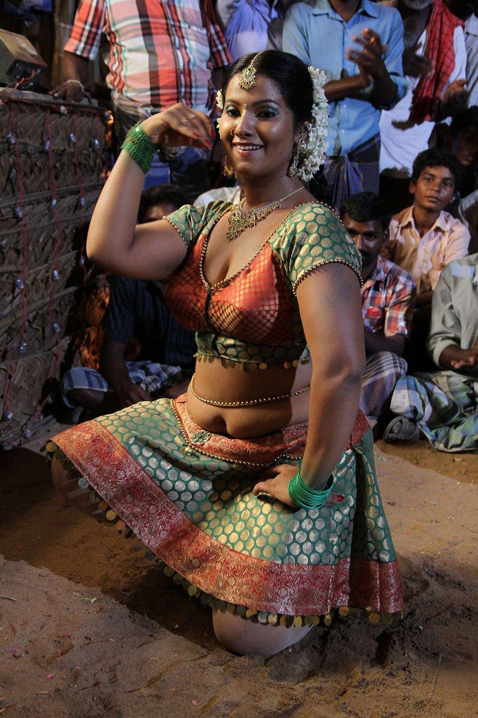 Nanbargal Kavanathirku Tamil Movie Hot Stills - Photo 12 of 37