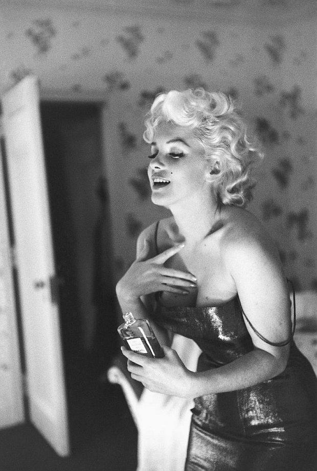 Marilyn Monroe w Hotelu Ambassador z butelką Chanel No. 5