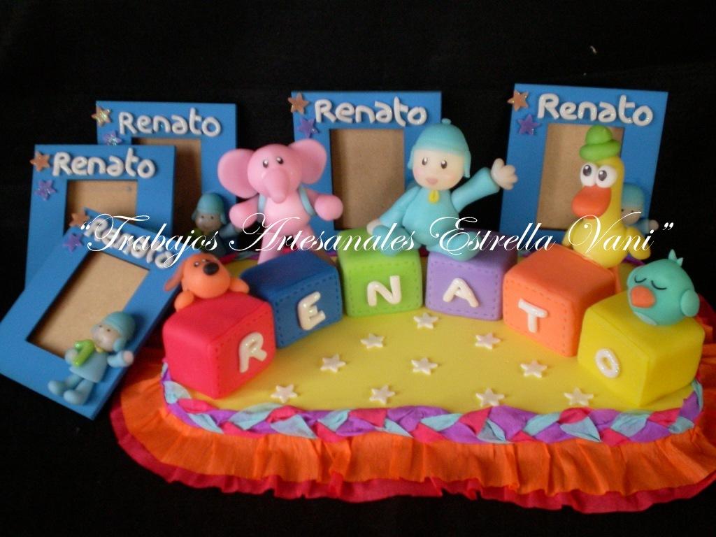 El adorno de torta de Pocoyo junto a sus amigos, sobre cubos