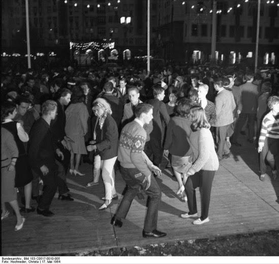 Jóvenes bailando twist (Berlin, 1964)