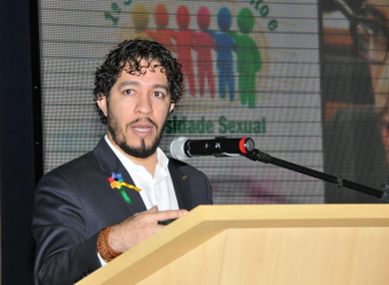 Pelo twitter, Jean Wyllys alerta sobre tática de deputado homofóbico