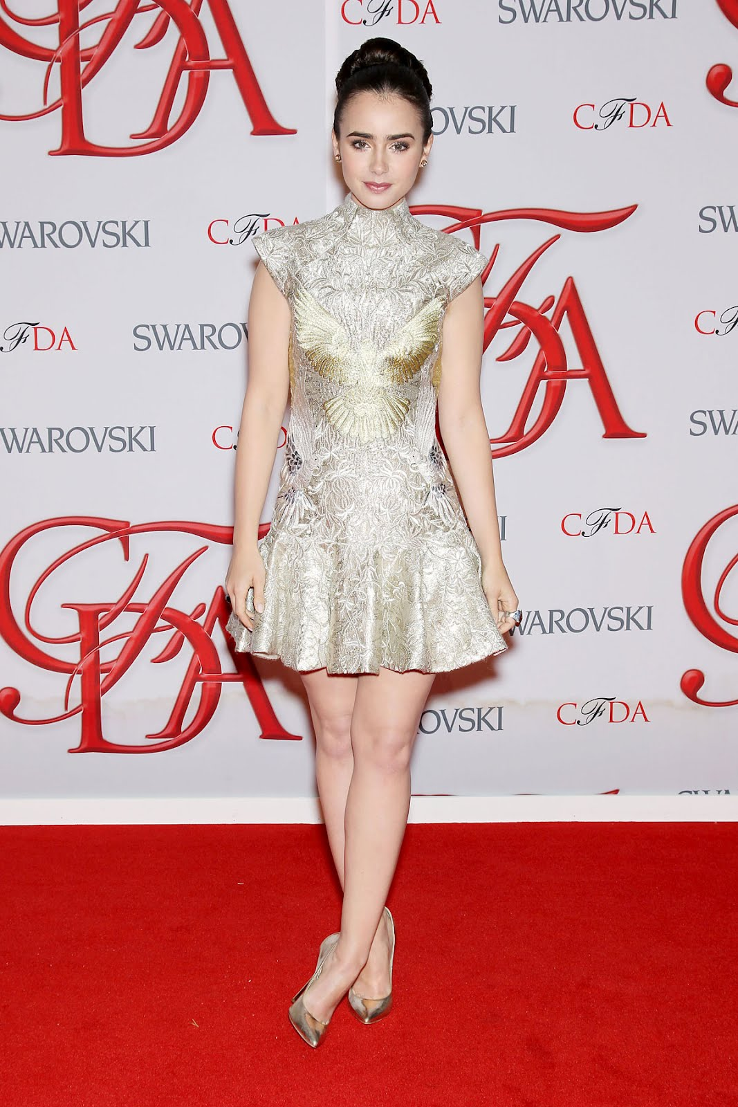 http://1.bp.blogspot.com/-8uCzbsxxrIY/T9IeXEhAtnI/AAAAAAAAG3M/FswCi3hcNNQ/s1600/LILY-COLLINS-at-2012-CFDA-Fashion-Awards-in-New-York-6.jpg