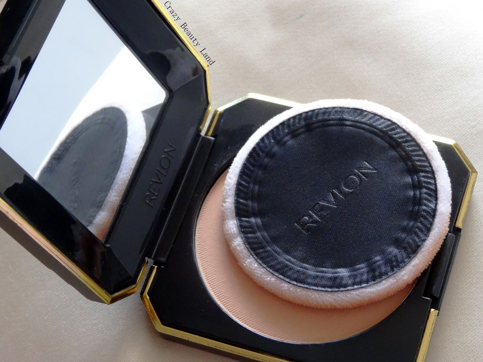Revlon Touch and Glow Moisturizing Powder Compact in Ivory Matte