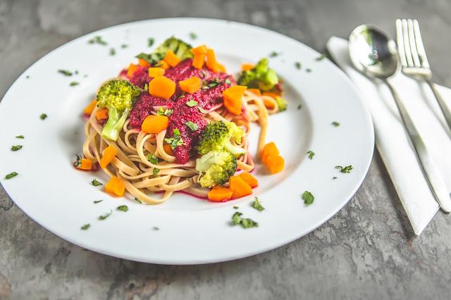 Gemüsepasta mit Rote Beete und Kokosmilch auf Teller angerichtet