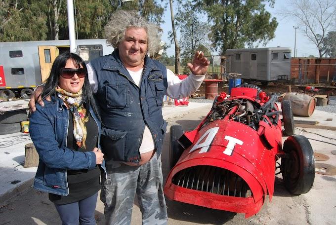 Regazzoni presentó una escultura más que evoca un auto de Fangio