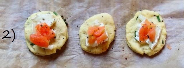 Pizzette rustiche al salmone e caprino con base al pepe ed erba cipollina