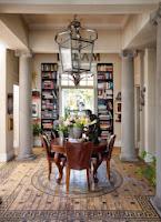 Oryginalna podłoga, antyczne meble w jadalni i książki na regałach