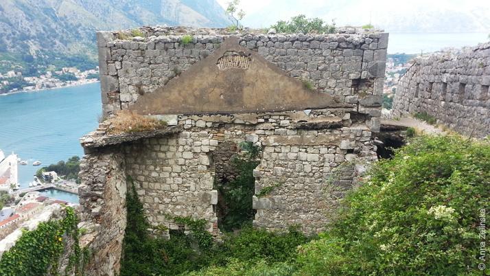 Древняя постройка на крепостной стене, Черногория