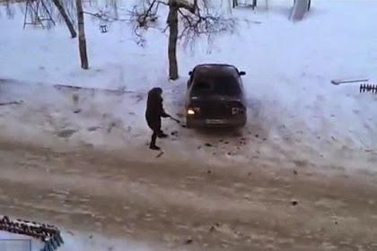 Wanita Ini Hancurkan Mobil Mantan Suaminya dengan Kapak