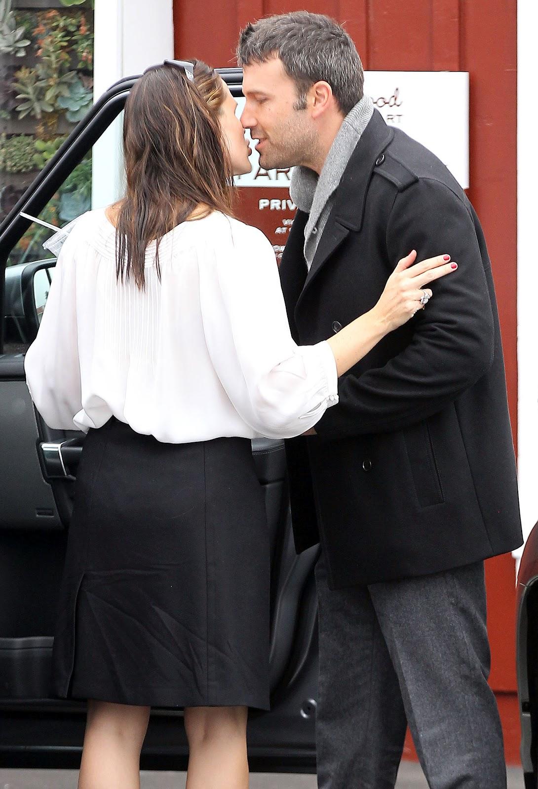 http://1.bp.blogspot.com/-8vnmXW37GBM/UFIVhPKbtZI/AAAAAAAAYDY/bosI0jYecEg/s1600/Ben+Affleck-Kissing-Jennifer+Garner.jpg