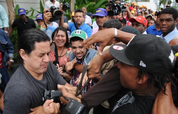 VIDEO – Paleros de Leonel Fernández golpean a periodistas