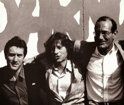 Arnon Milchan, Roman Polanski and Robert De Niro behind a 'Solidarity' sign in Poland