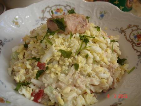 Весенний салат из печени трески и овощей